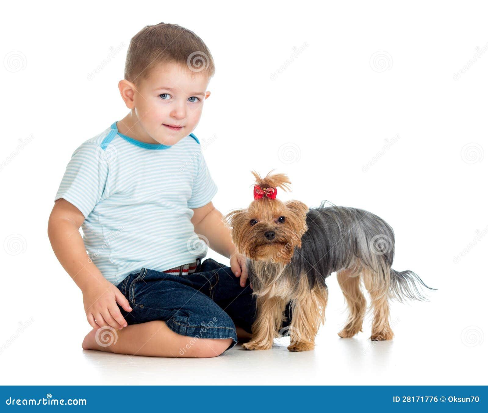 Enfant de sourire jouant avec un chiot
