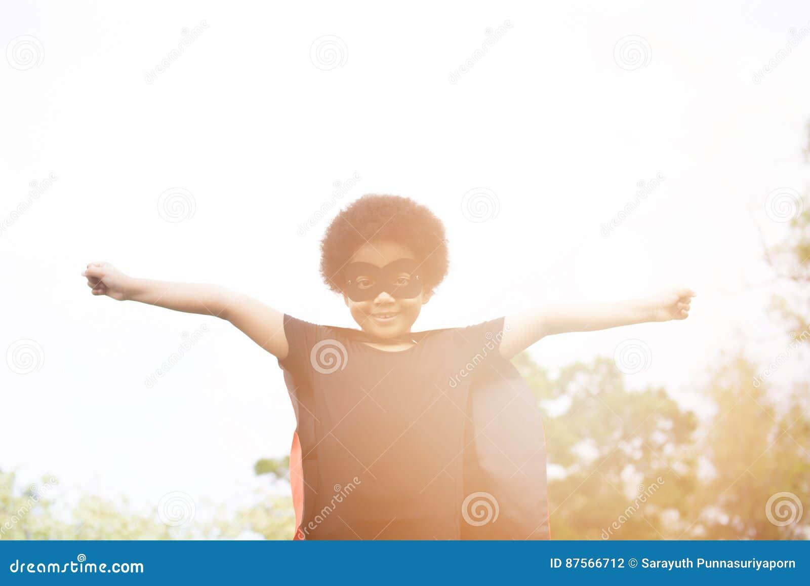 Enfant de superhéros d afro-américain répandant deux bras extérieurs - W