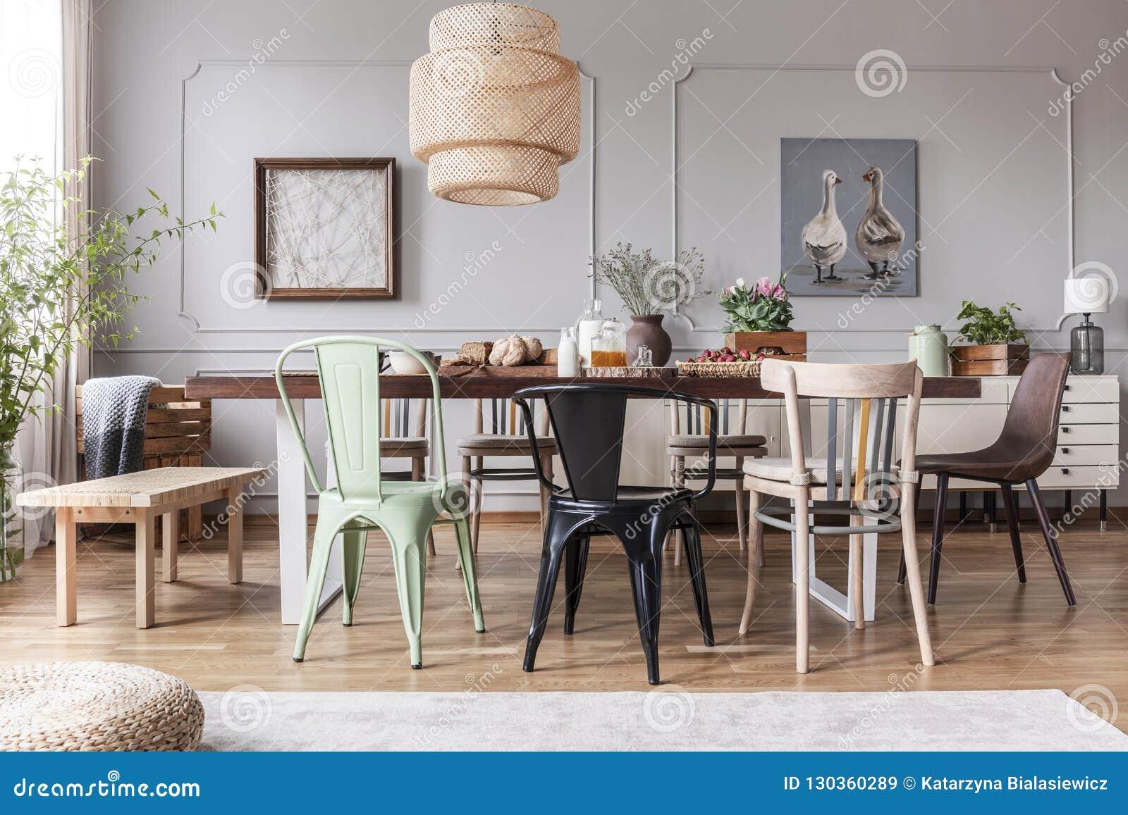 Enfant diff rent des chaises la table avec les fleurs et - Table de salle a manger avec chaises ...