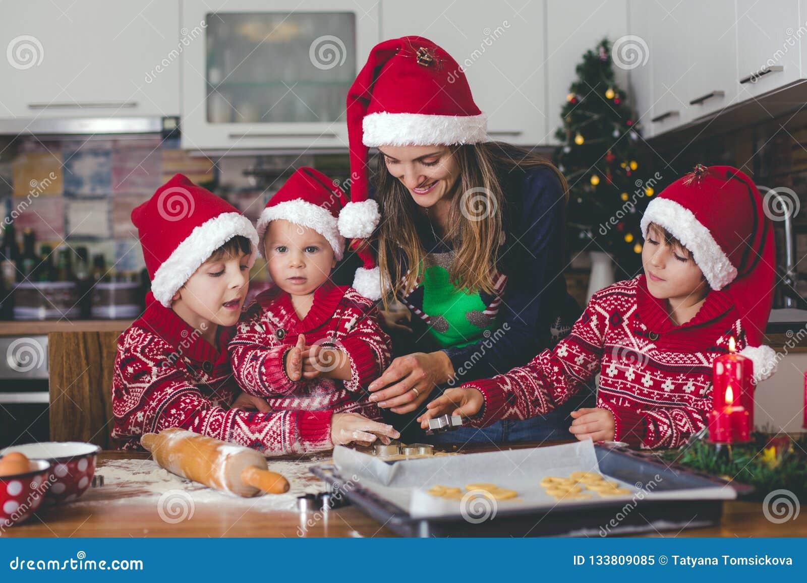 Enfant doux d enfant en bas âge et son frère plus âgé, garçons, maman de aide p