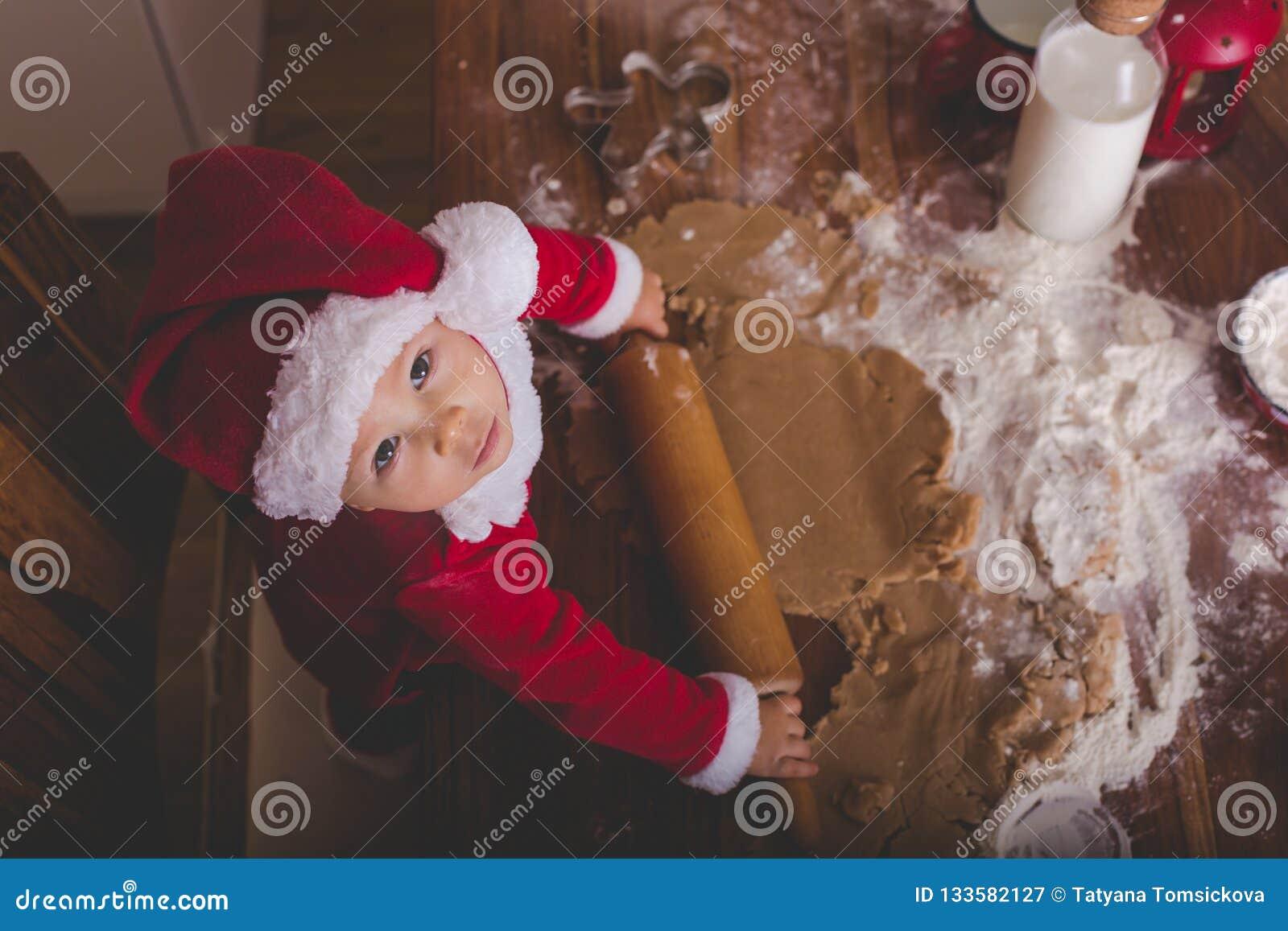 Enfant doux d enfant en bas âge, garçon, maman de aide préparant le cuisinier de Noël