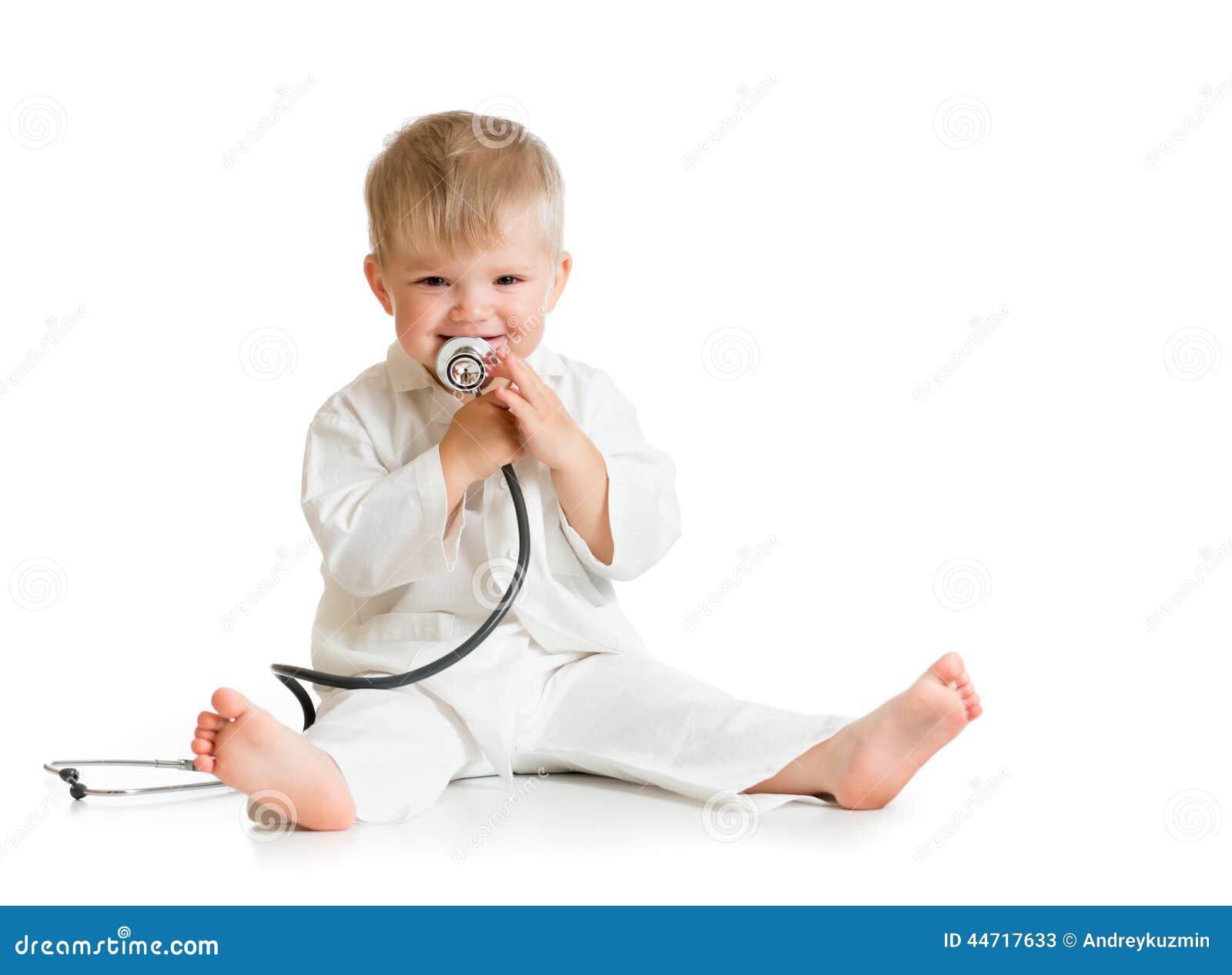Enfant drôle jouant le docteur avec le stéthoscope