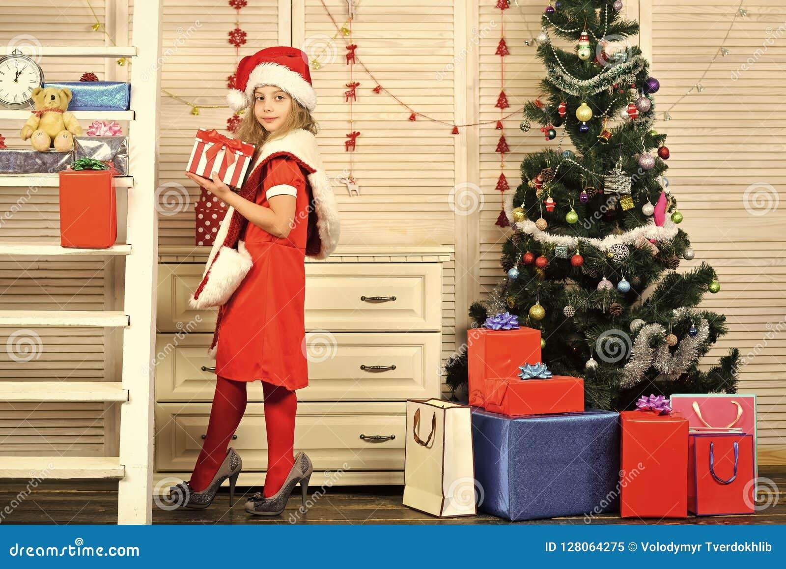 Enfant du père noël à l arbre de Noël