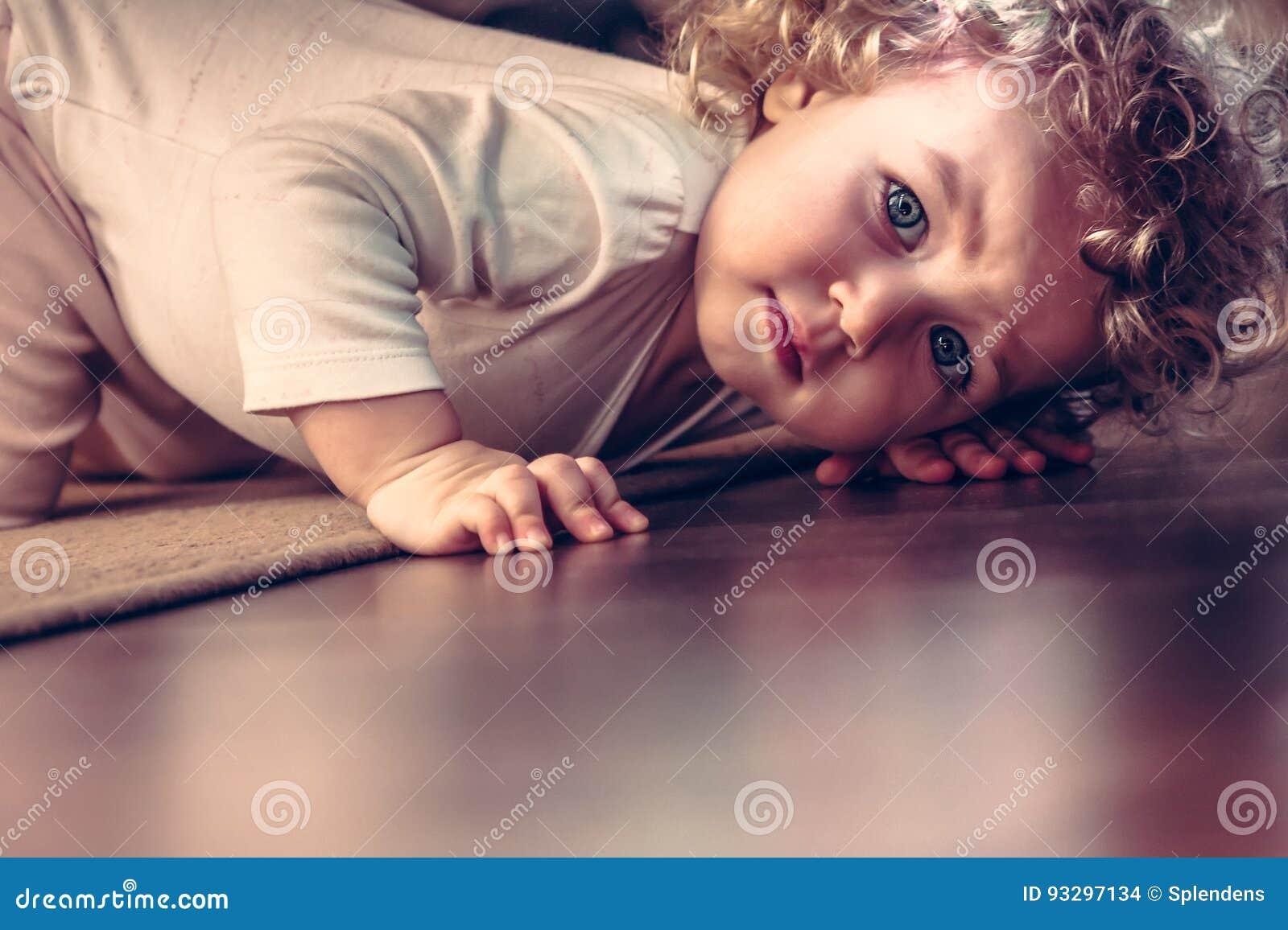 Enfant effrayé se cachant sous le lit dans la chambre d enfant et semblant effrayé