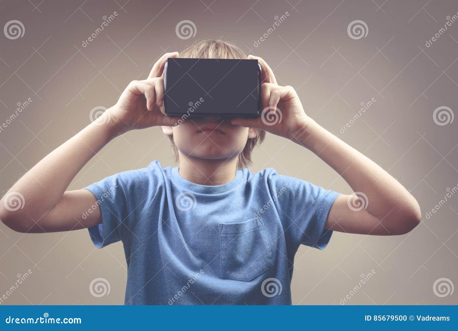 Enfant employant la nouvelle 3D réalité virtuelle, verres de carton de VR