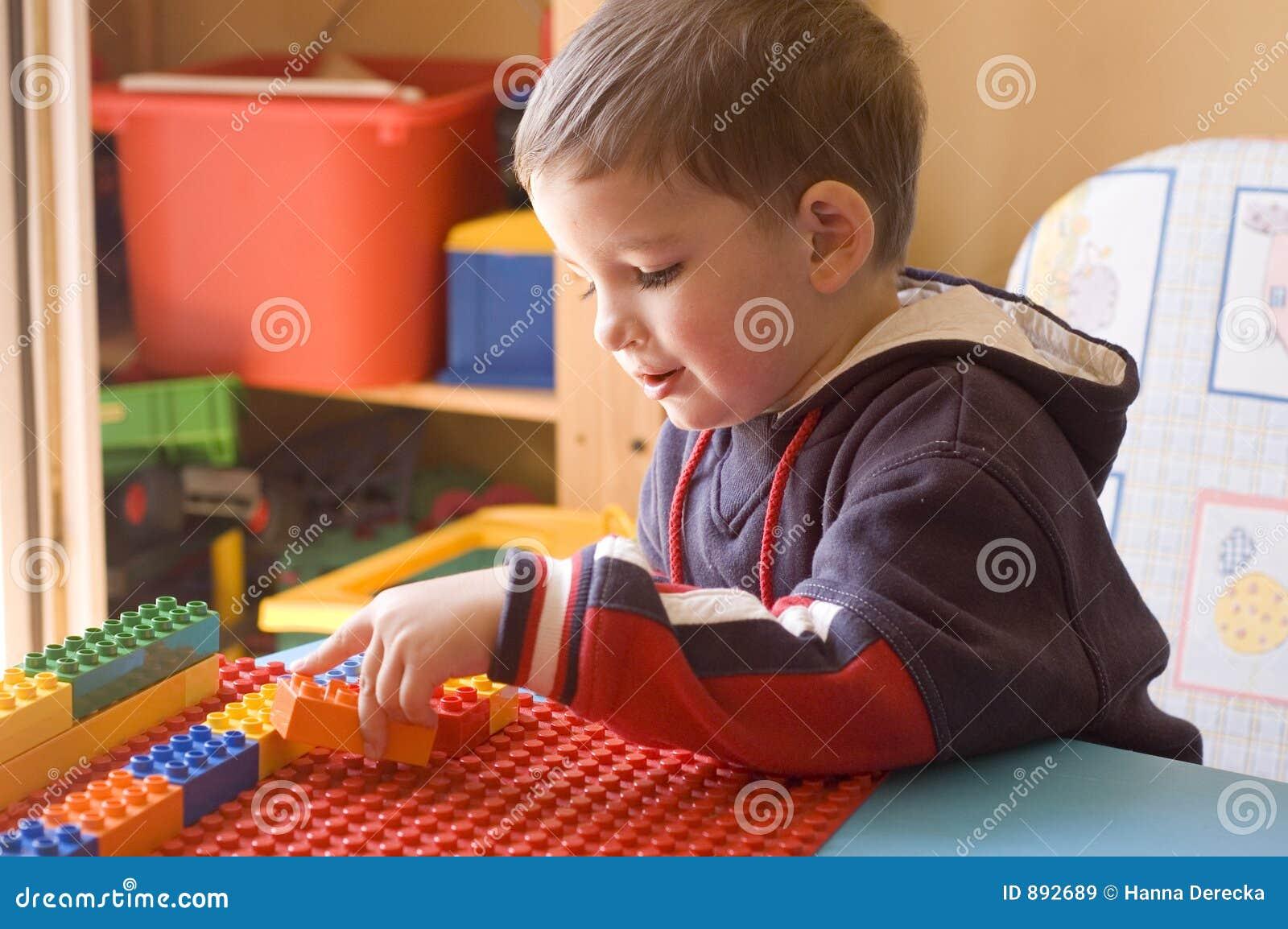 Enfant en bas âge avec des jouets dans sa chambre