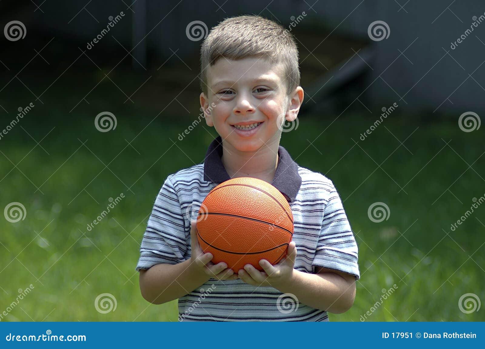Enfant en bas âge avec la bille