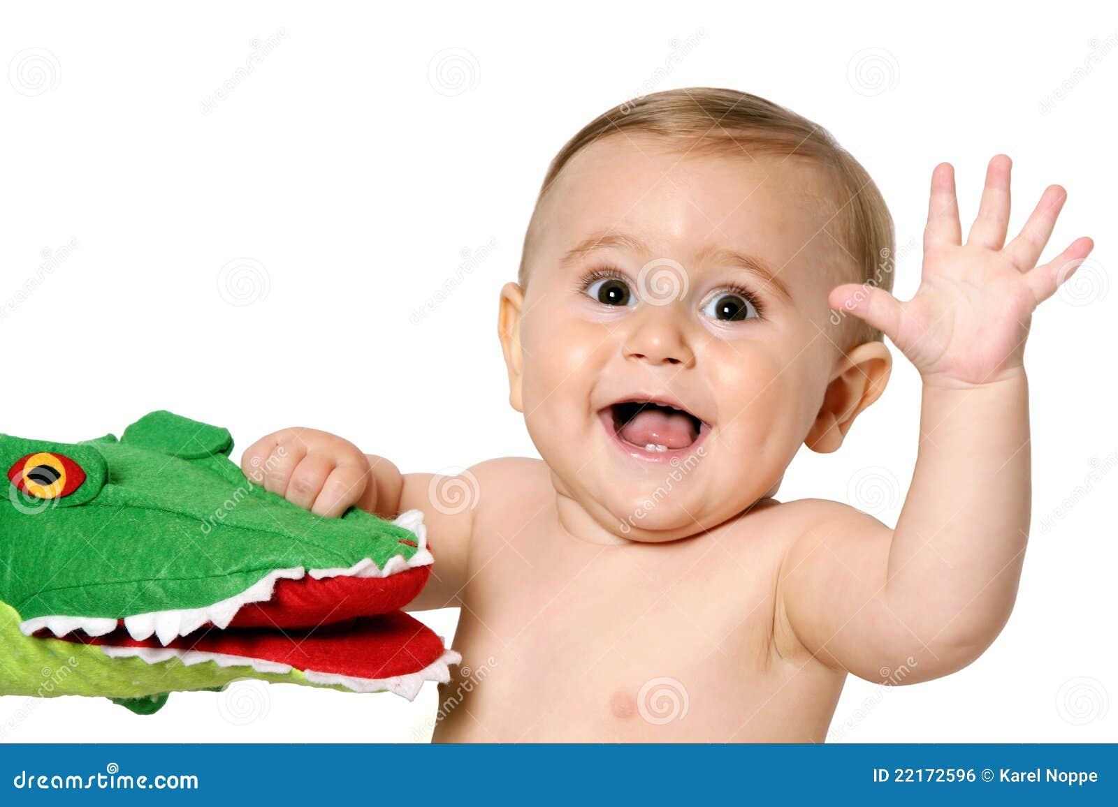 Enfant en bas âge avec la main de ondulation de jouet
