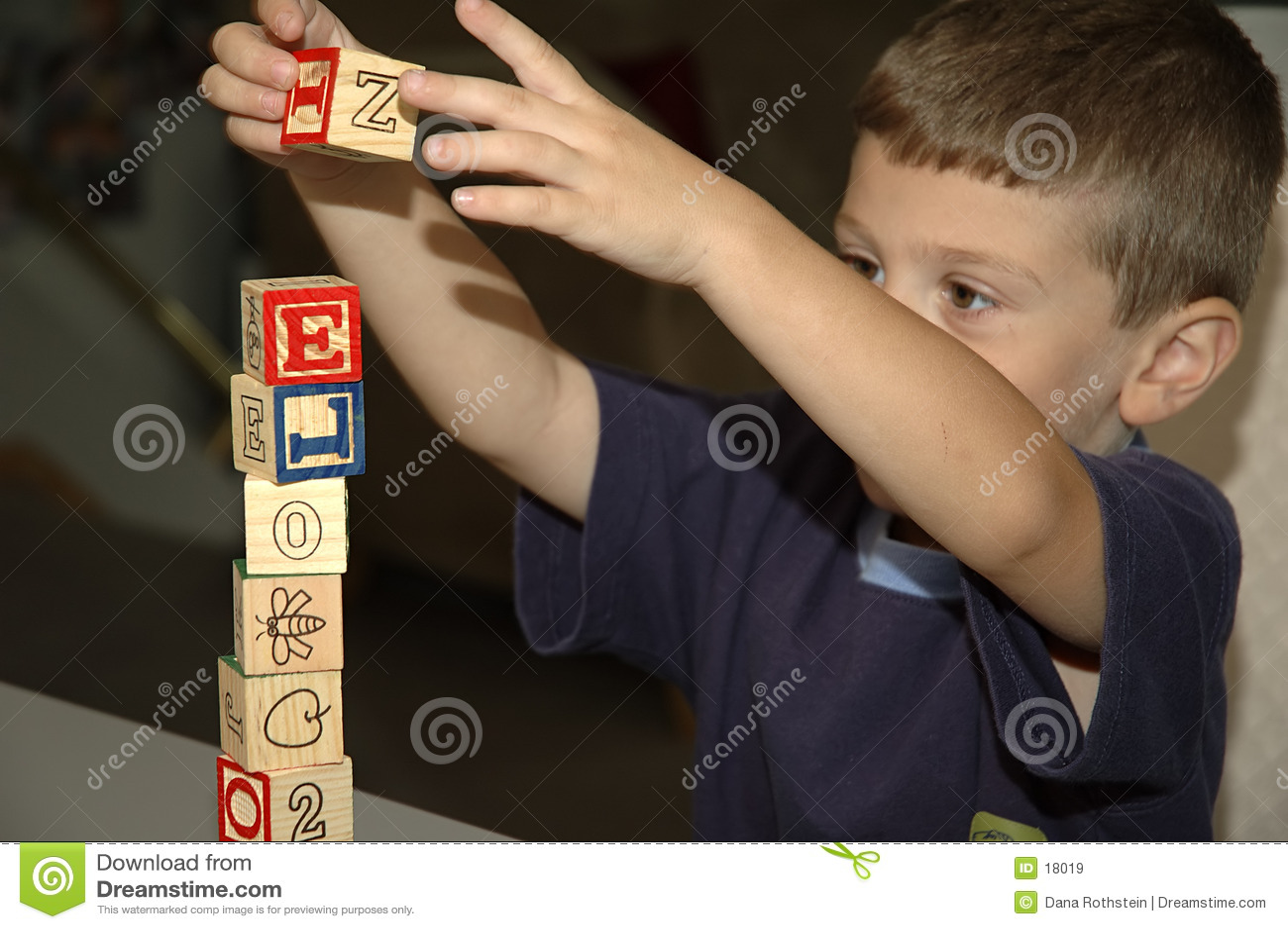 Enfant en bas âge construisant 2