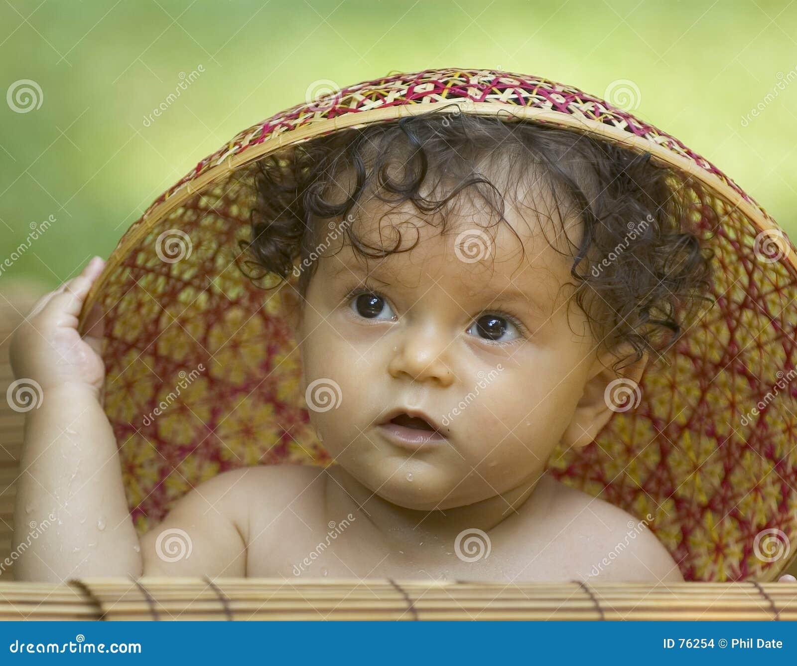 Enfant en bas âge dans un chapeau asiatique