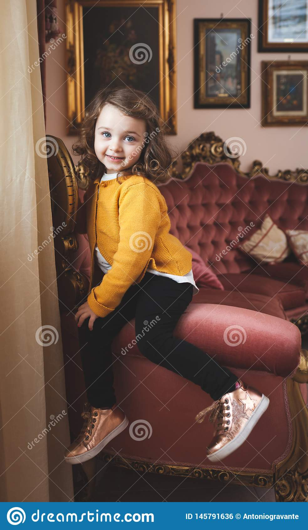 Enfant en bas âge de fille dans un salon avec le décor baroque