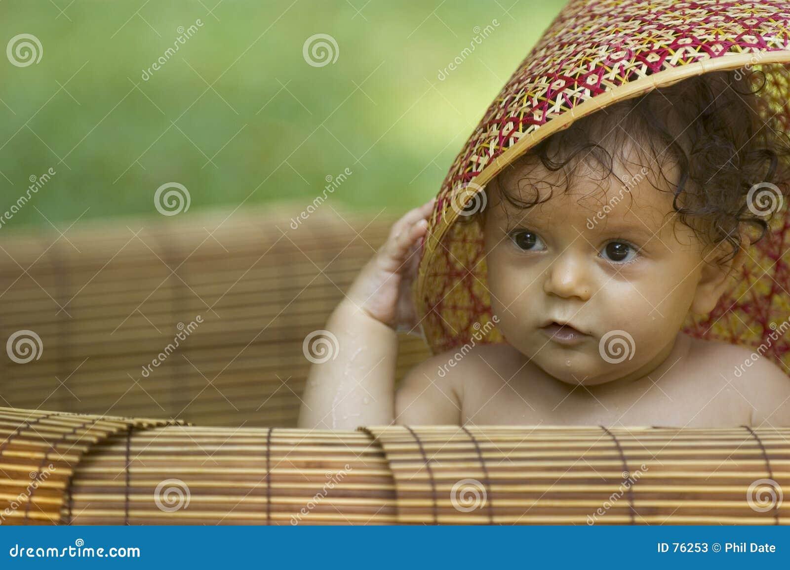 Enfant en bas âge et chapeau