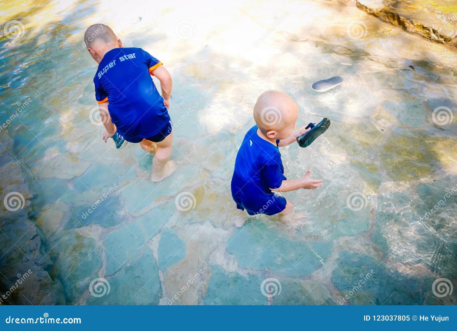 Enfant en bas âge jouant dehors dans le courant