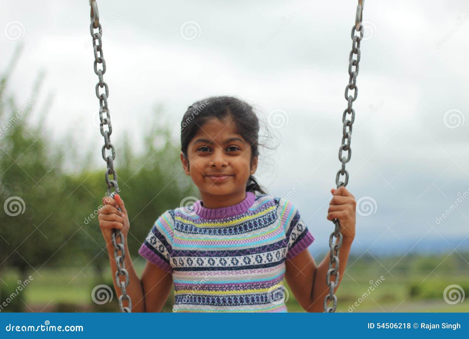 Enfant en bas âge jouant sur l oscillation