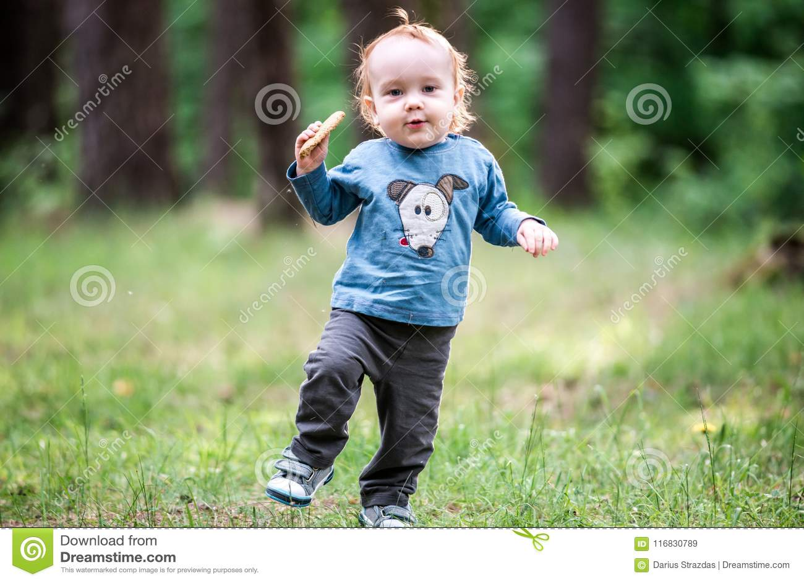 Enfant en bas âge mignon en parc