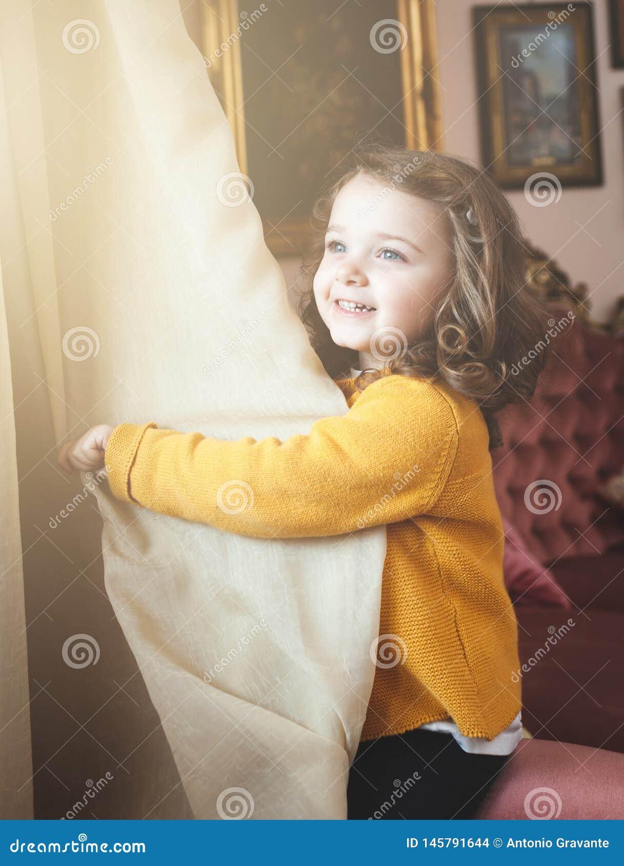 Enfant en bas ?ge de fille dans un salon avec le d?cor baroque