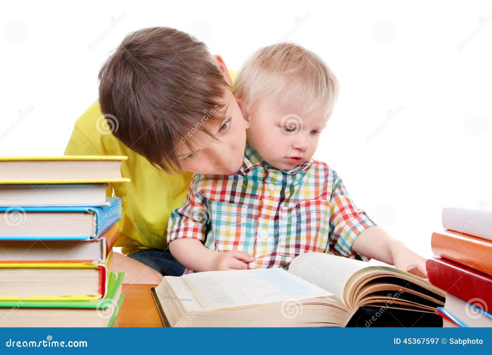 Enfant et bébé garçon avec les livres