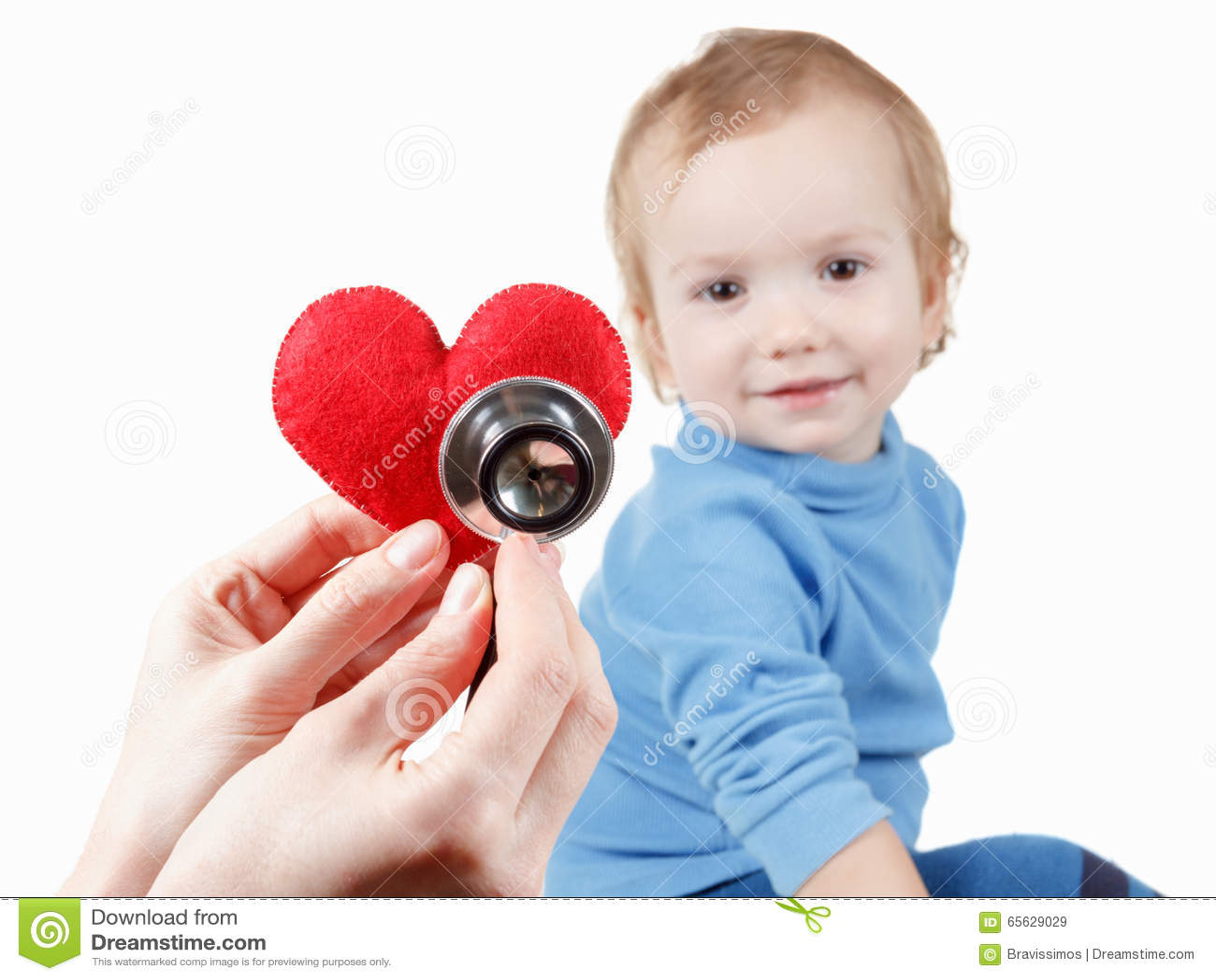 Enfant et cardiologue, symbole de coeur à disposition, stéthoscope