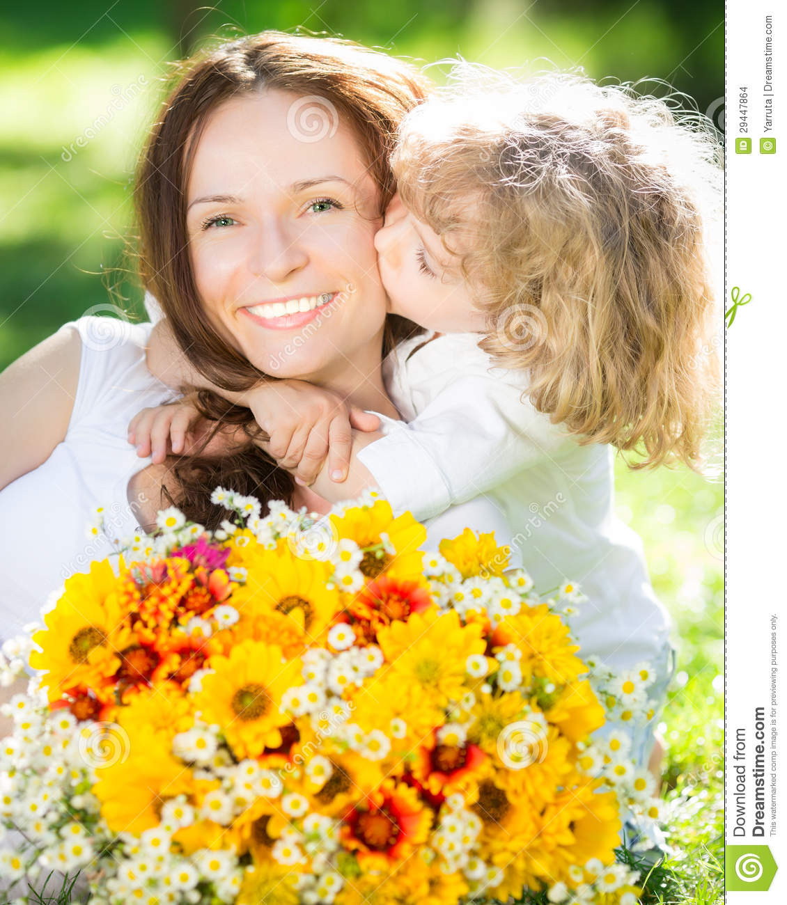 enfant et femme avec le bouquet des fleurs photo stock image du herbe nature 29447864. Black Bedroom Furniture Sets. Home Design Ideas