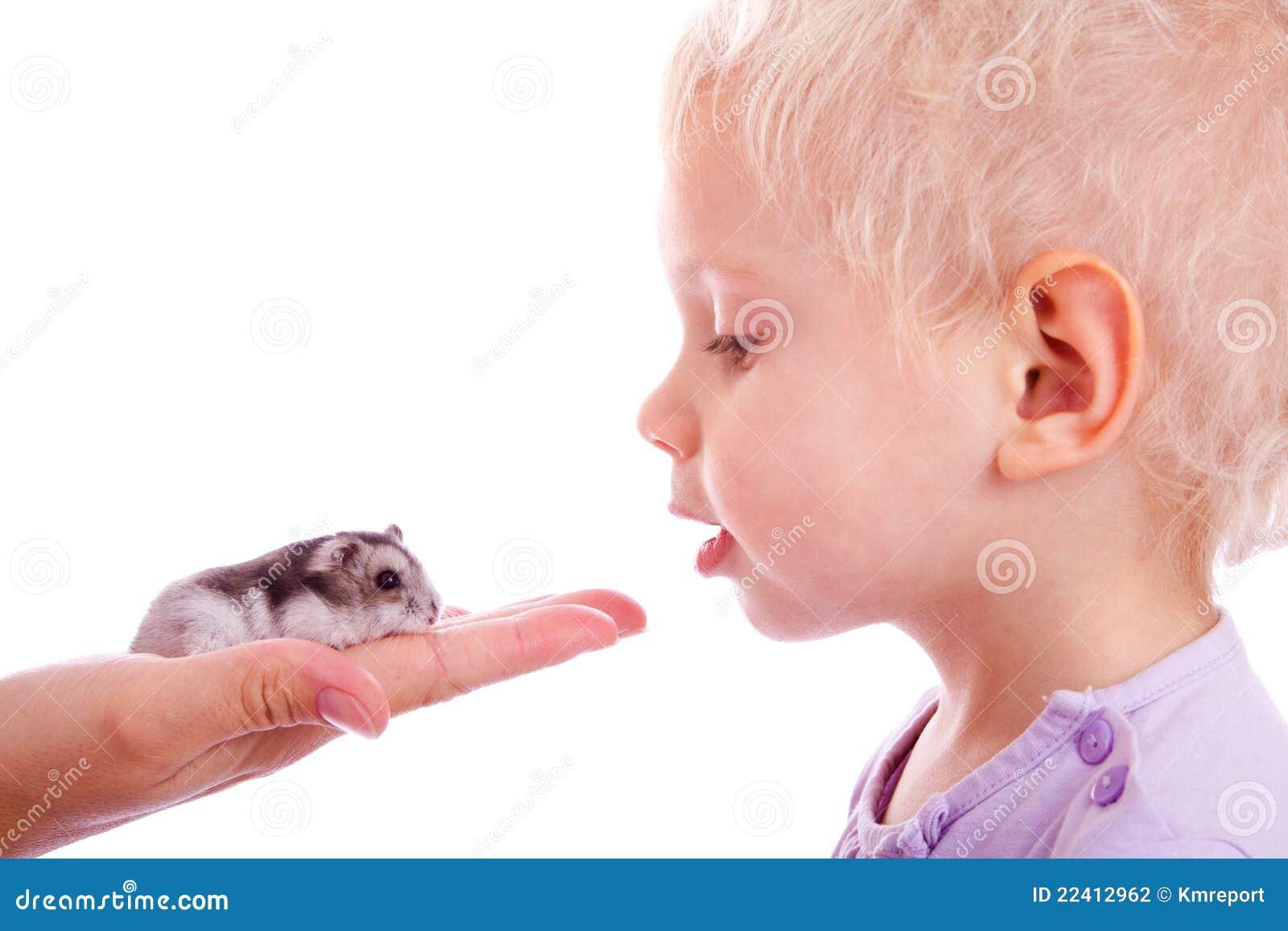 Enfant et hamster