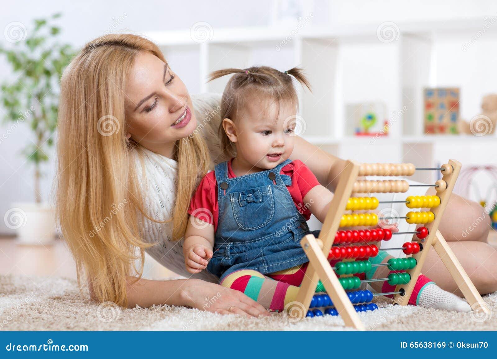 Enfant et mère jouant avec l abaque