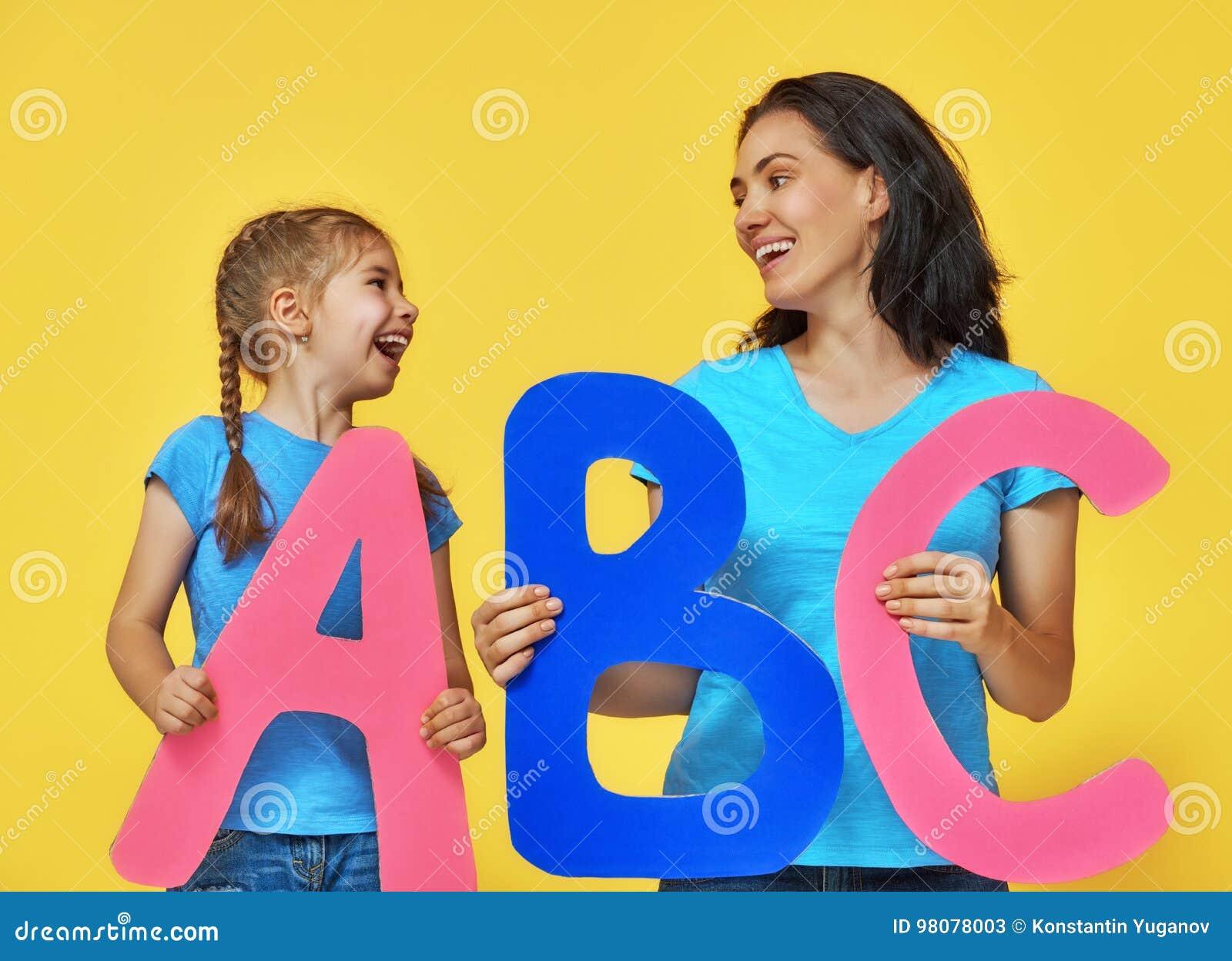 Enfant et professeur avec de grandes lettres
