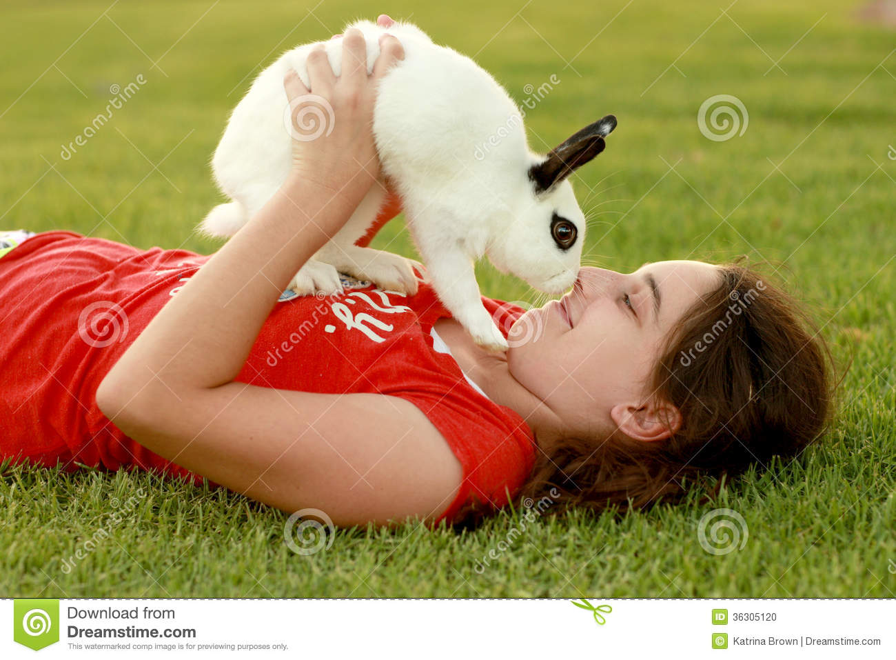 Enfant et son animal familier Bunny Playing Outdoors