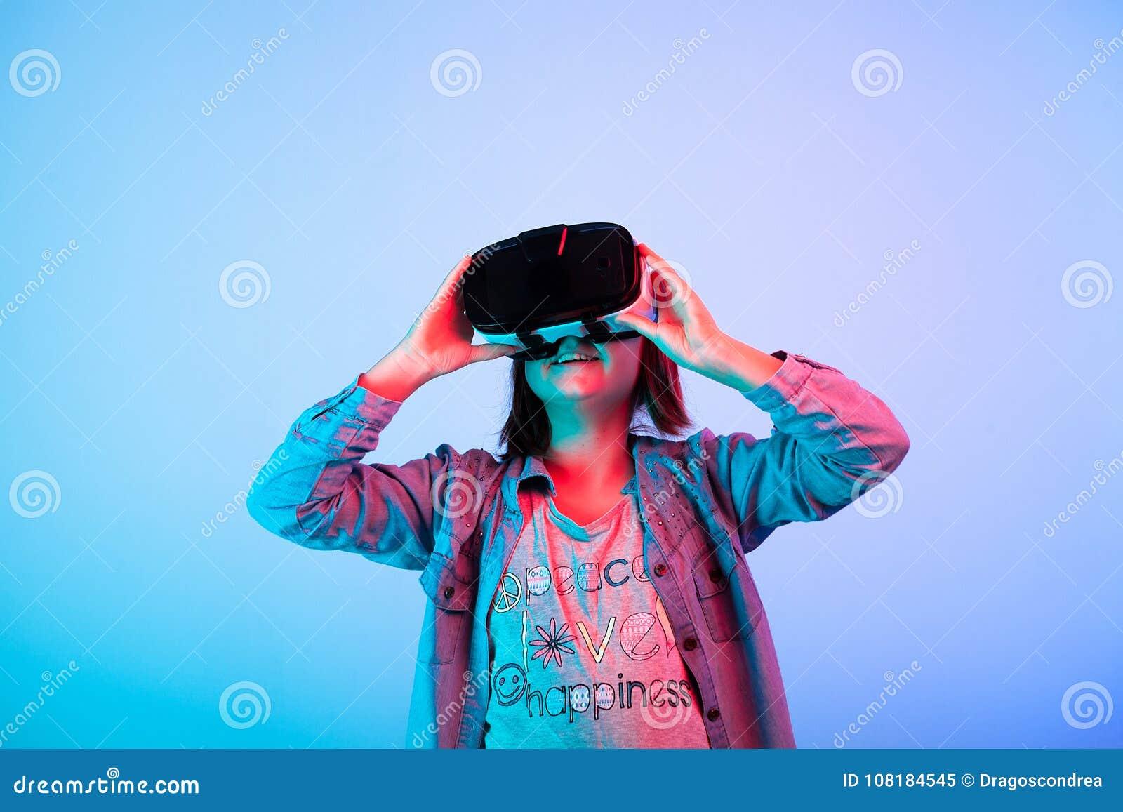 Enfant expérimentant avec le casque de réalité virtuelle