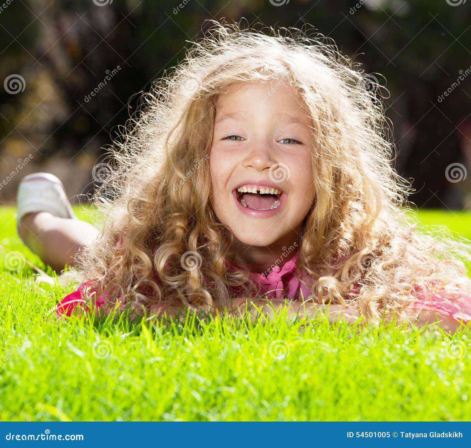 Enfant heureux à l été
