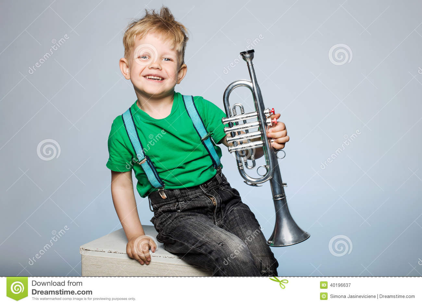 Enfant heureux avec la trompette