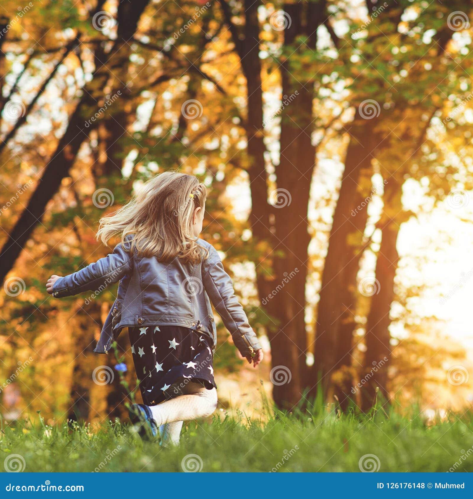Enfant heureux courant au parc d automne Petite fille jouant à l extérieur Beau temps d or d automne Enfance heureux et sain autu