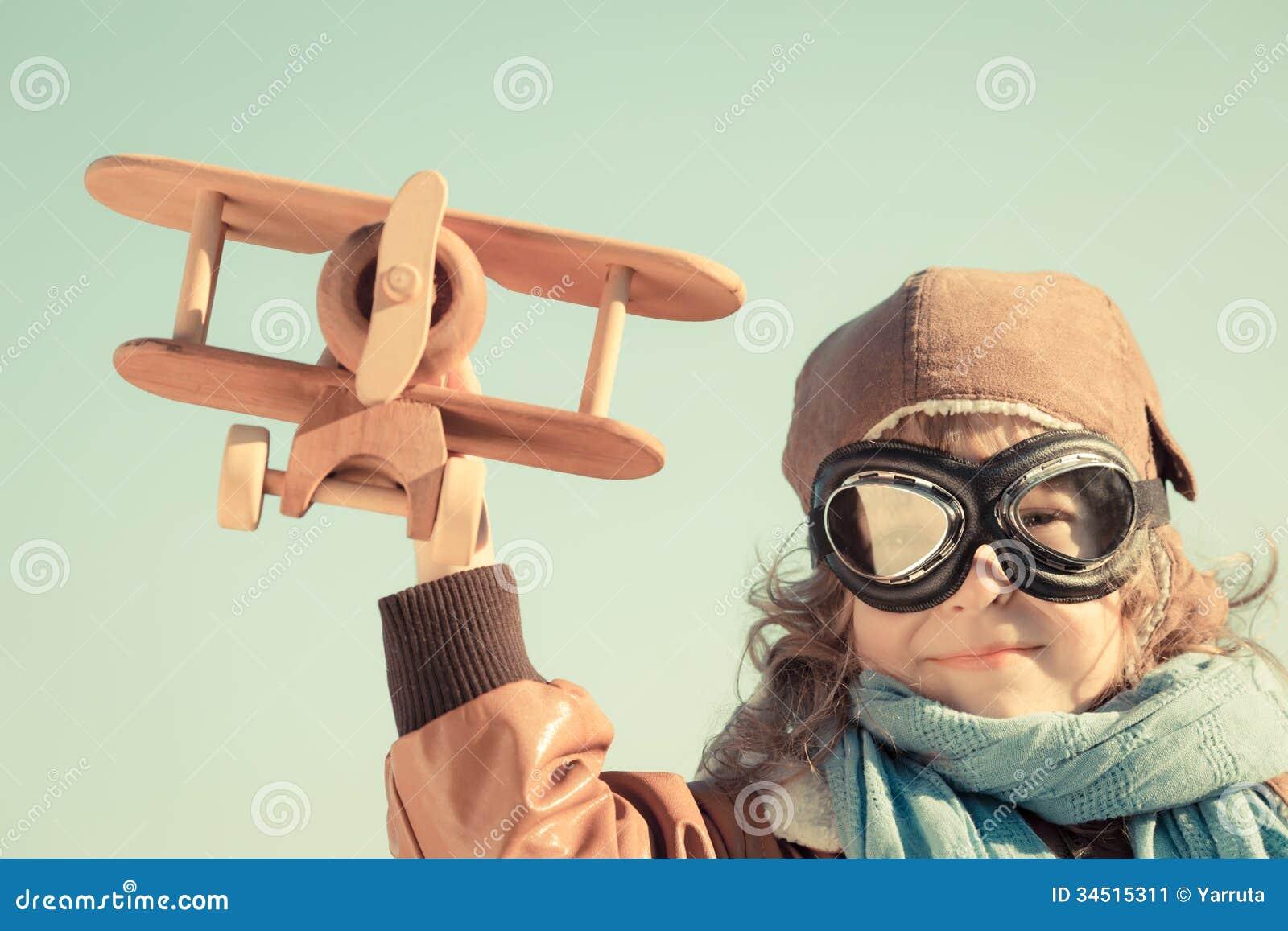 Enfant heureux jouant avec l avion de jouet