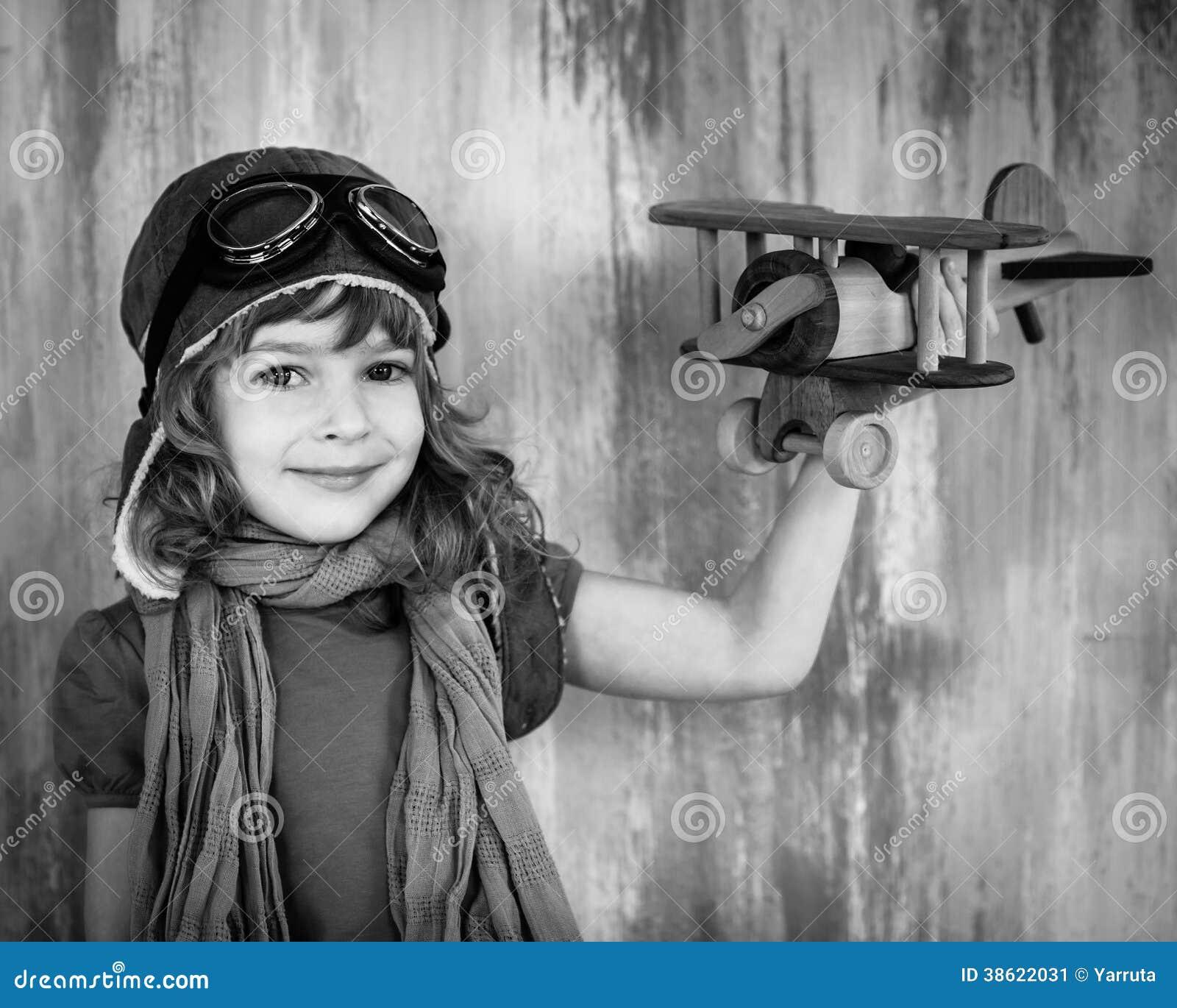 enfant heureux jouant avec l 39 avion de jouet image stock image 38622031. Black Bedroom Furniture Sets. Home Design Ideas