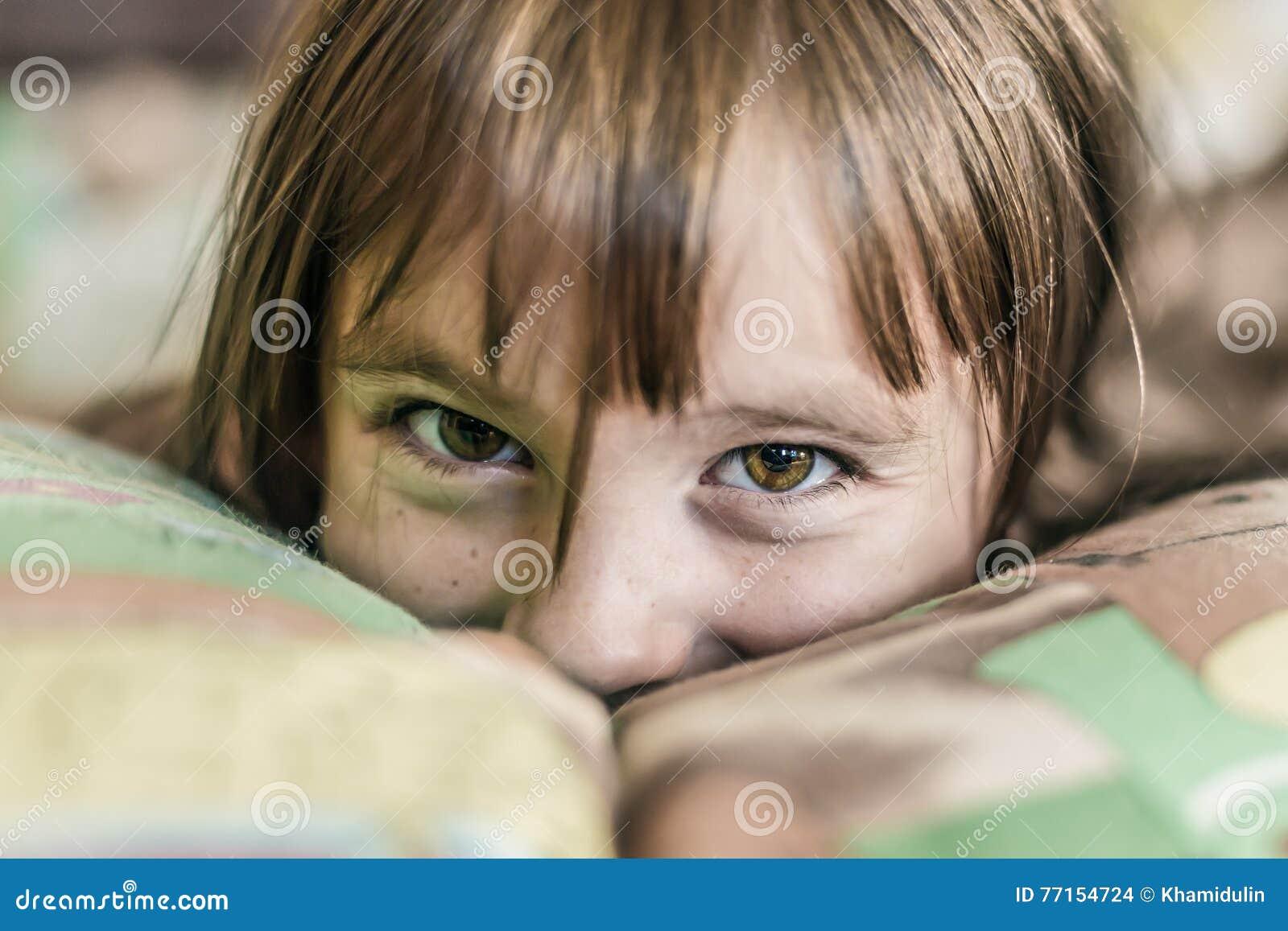 Enfant heureux proliférant dans le lit