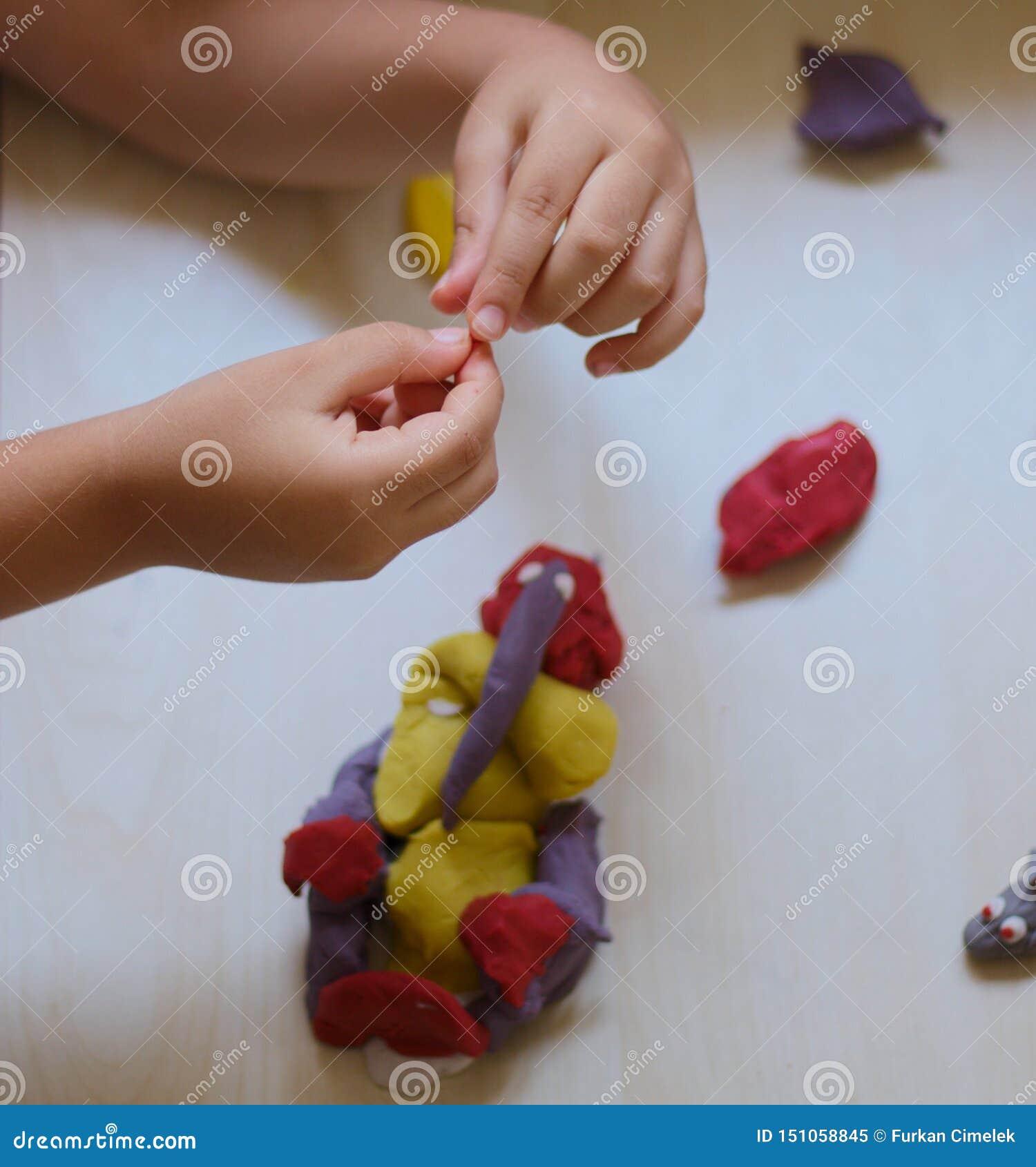 Enfant jouant avec la p?te de jeu
