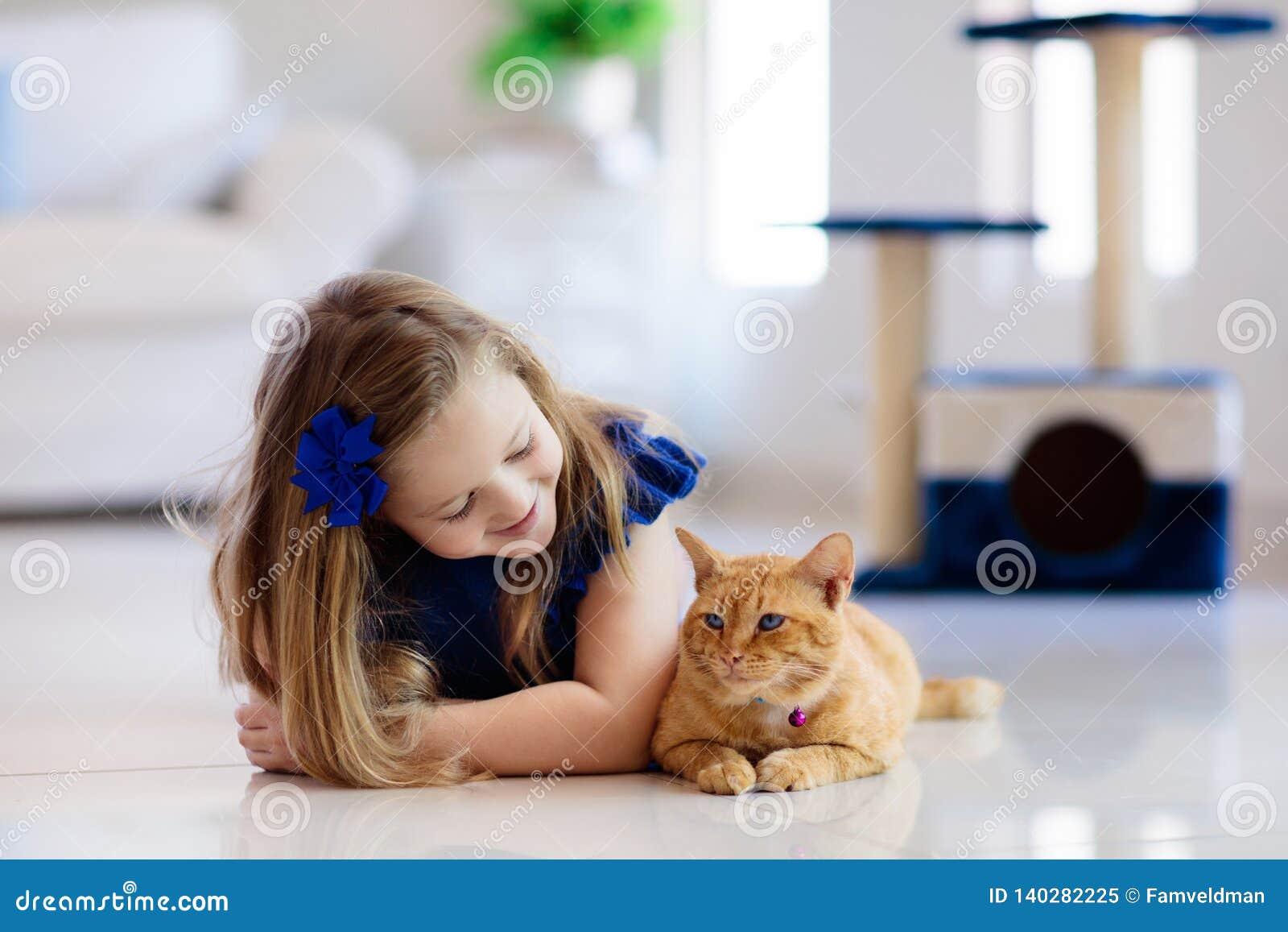 Enfant jouant avec le chat à la maison Enfants et animaux familiers