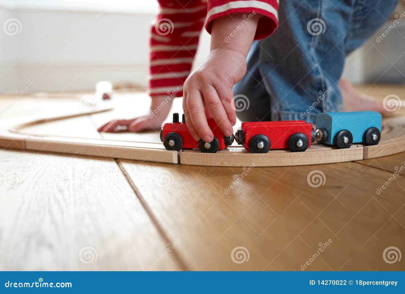 Enfant Jouant Avec Le Train En Bois De Jouet Photographie stock  ~ Train En Bois Enfant