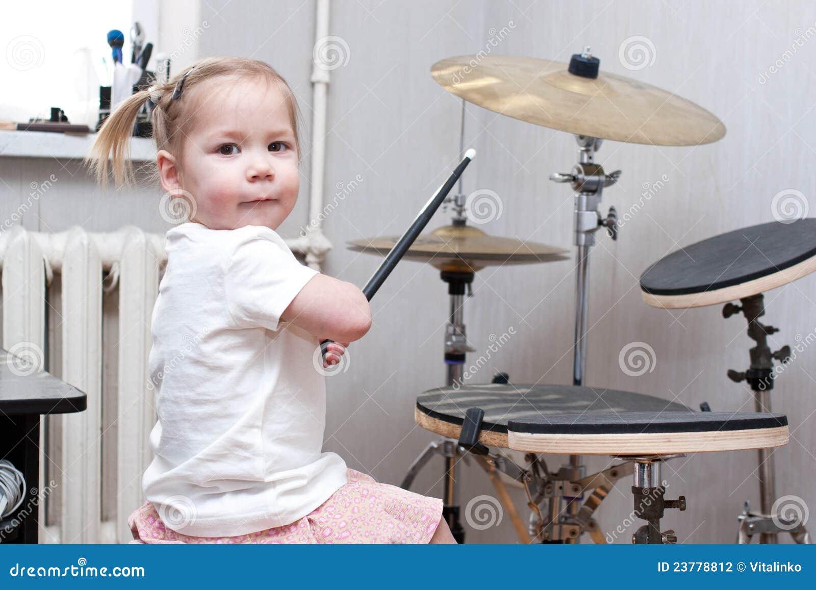 Enfant jouant des tambours