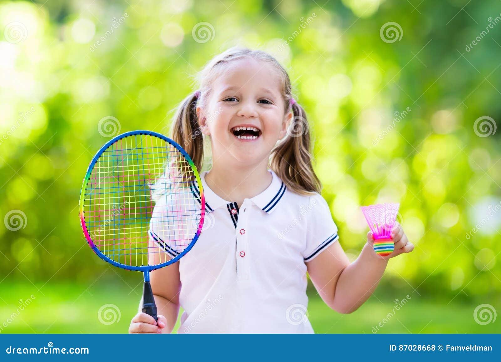 Enfant jouant le badminton ou le tennis extérieur en été