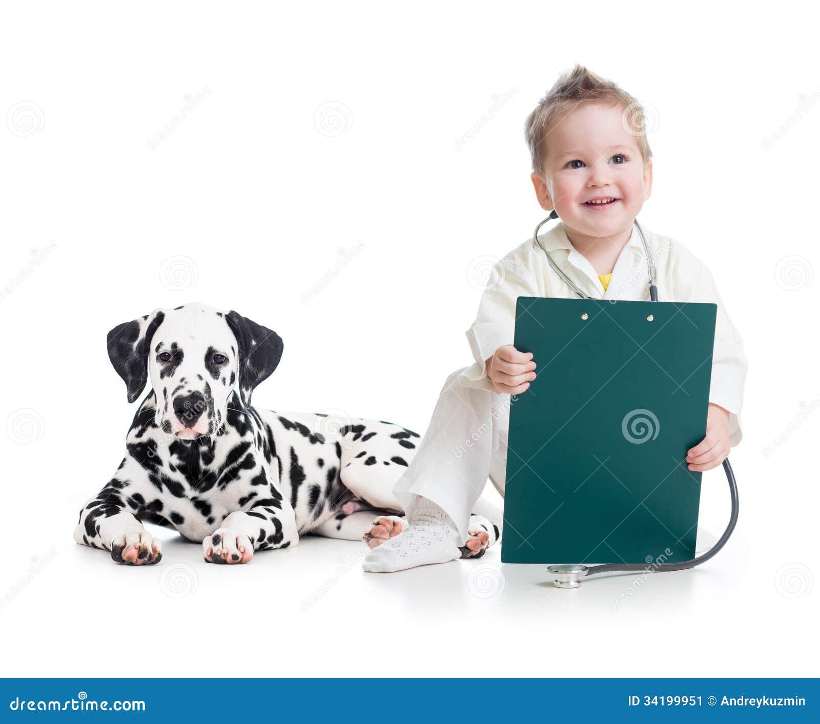 Enfant jouant le docteur avec le chien