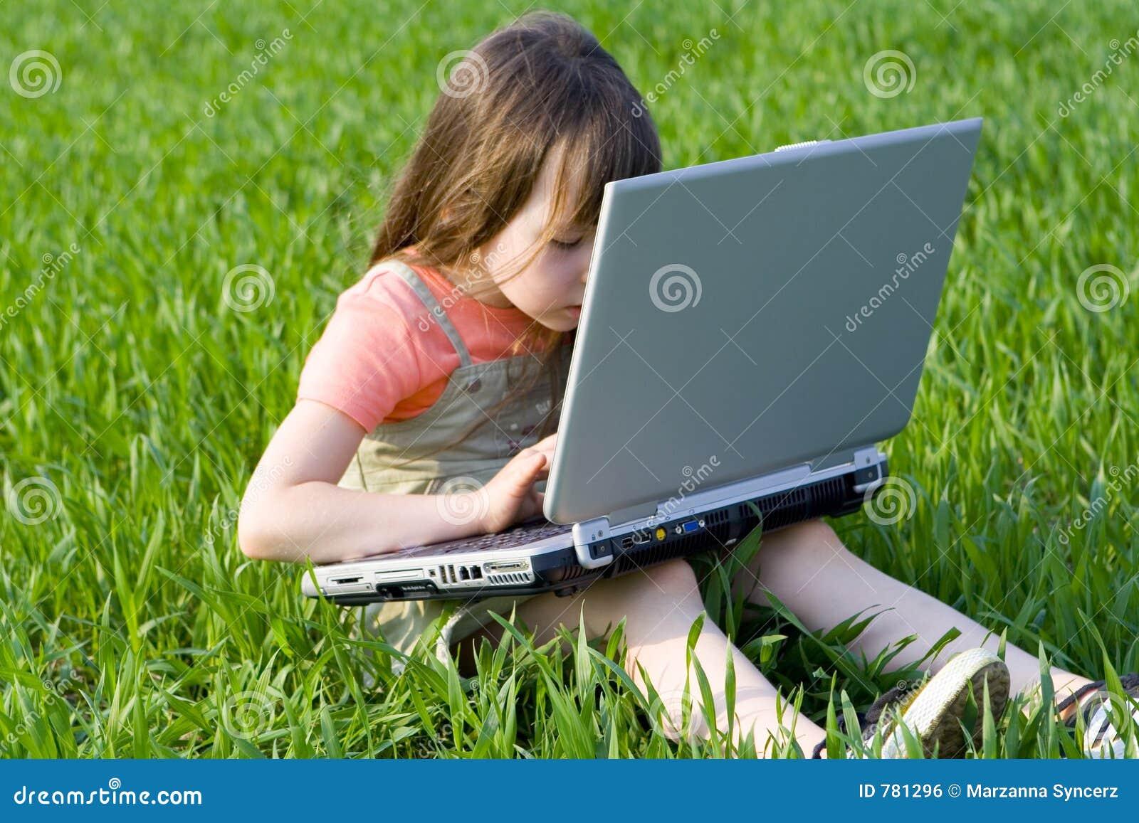 Enfant l 39 int rieur d 39 ordinateur image libre de droits for Interieur ordinateur