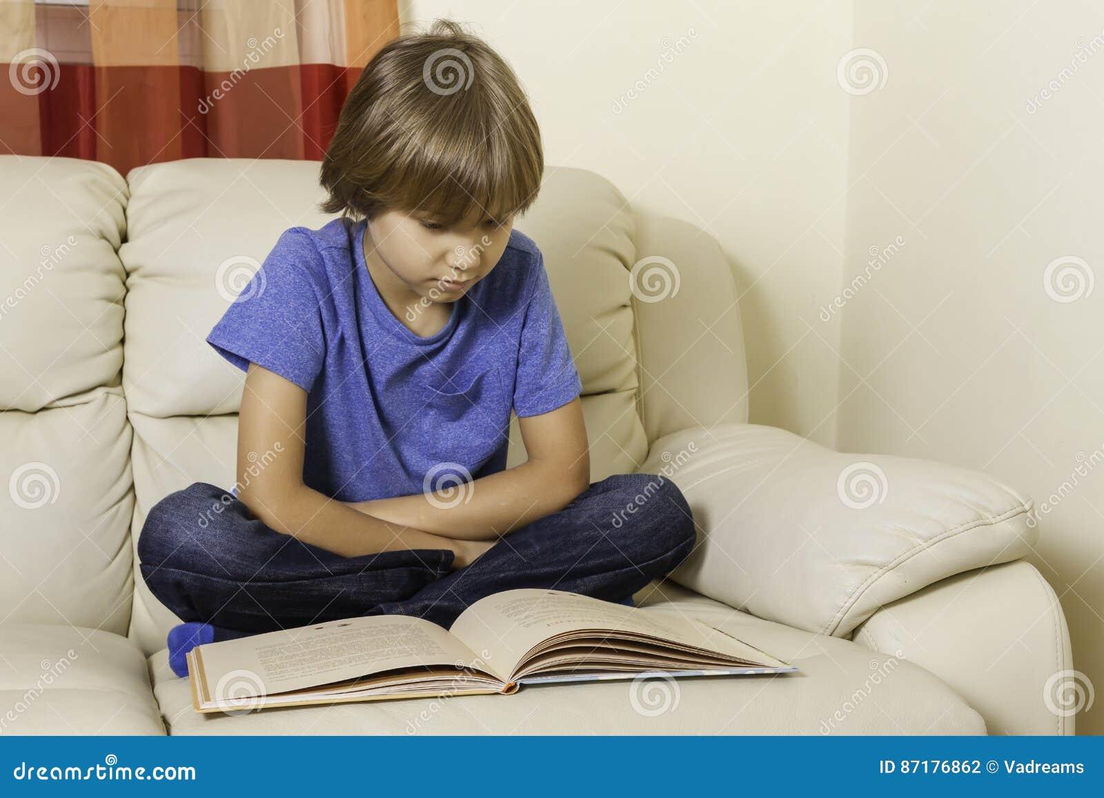 Enfant lisant un livre à la maison
