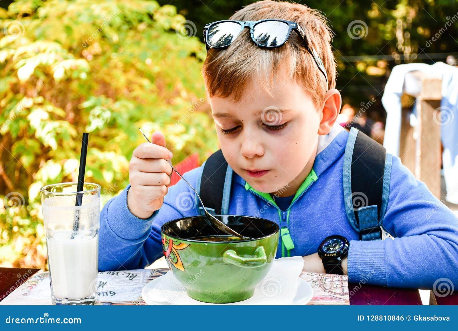 Enfant mangeant d une soupe