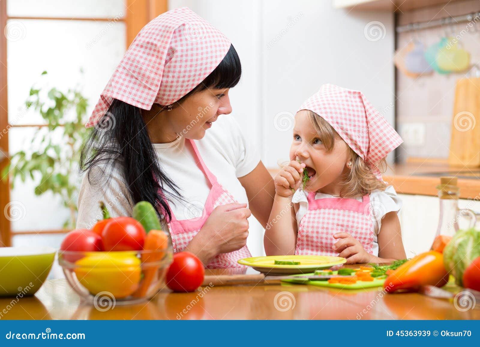 Enfant mangeant de la nourriture saine sur la cuisine