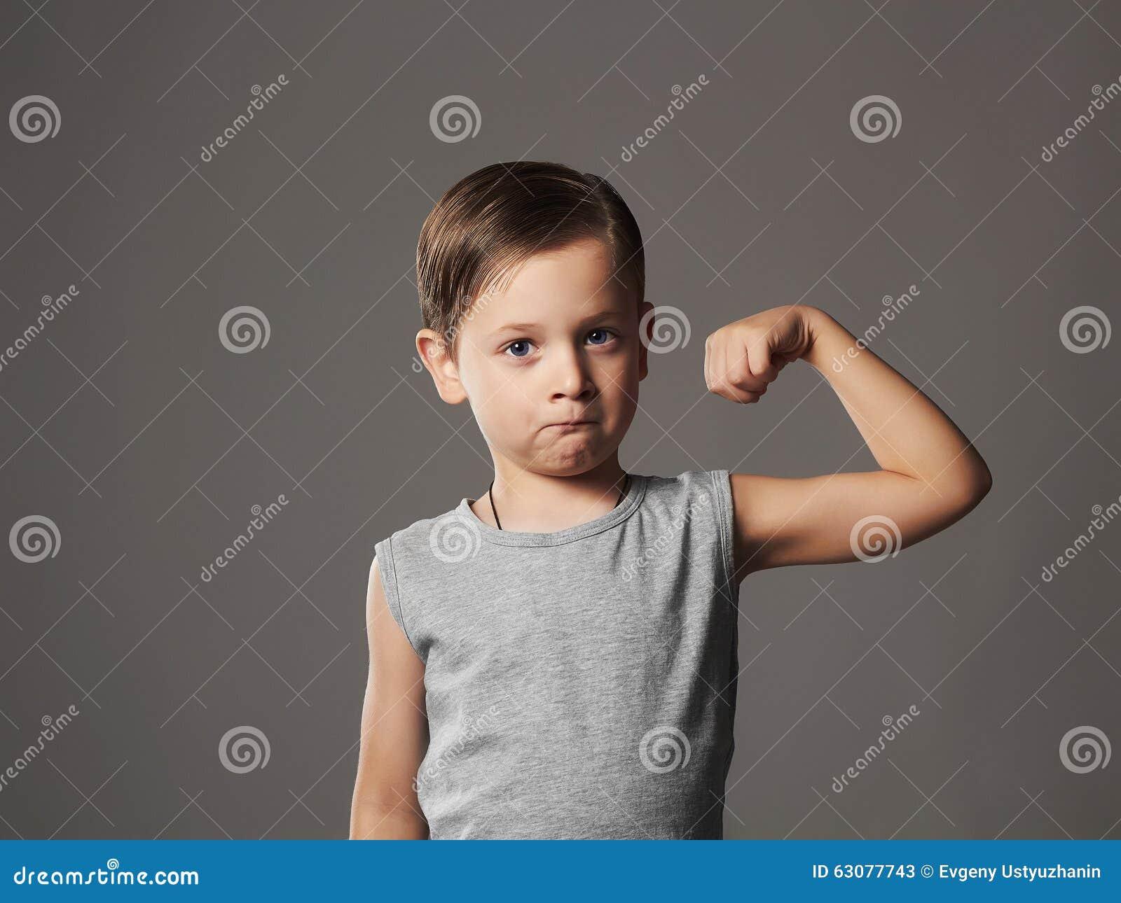 Download Enfant Petit Garçon Drôle Représentation De Ses Muscles De Biceps De Main Intense Bodybuilder Image stock - Image du biceps, gosse: 63077743