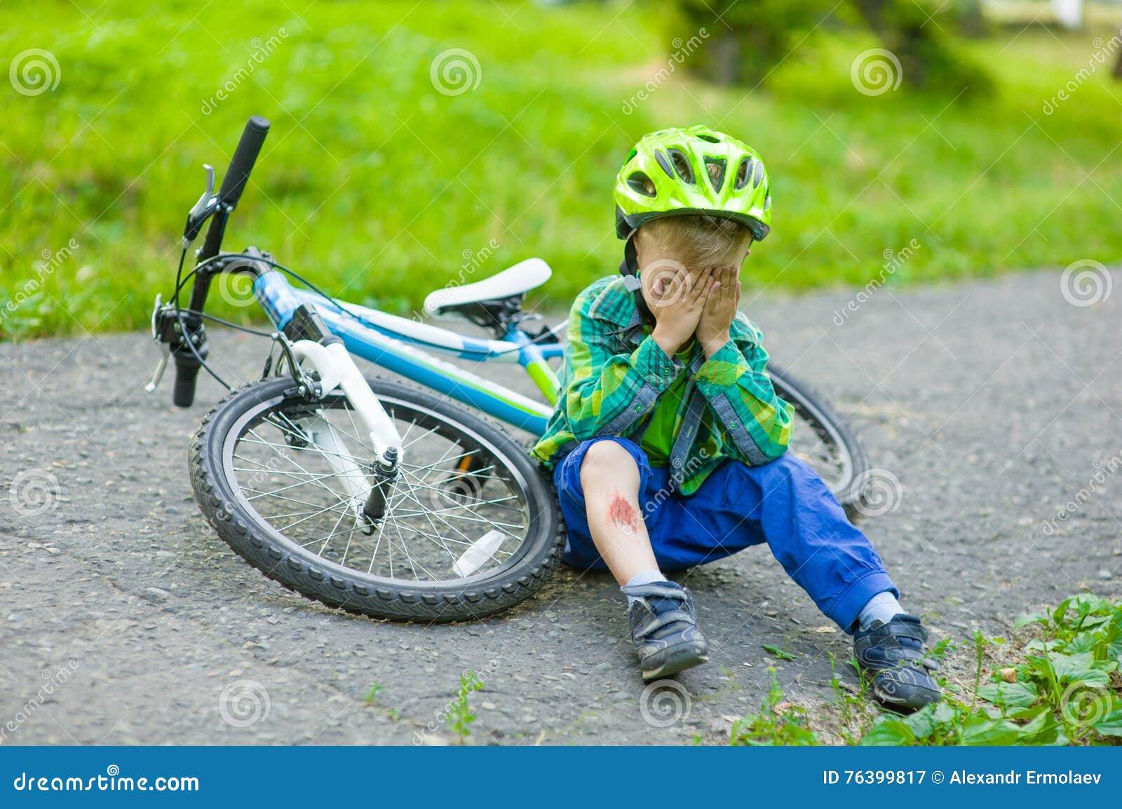 Enfant pleurant qui était tombé d une bicyclette
