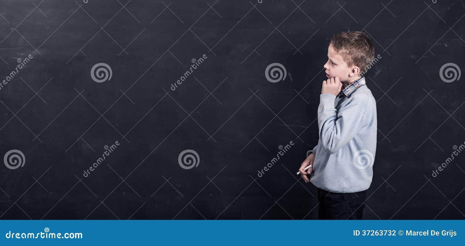 Enfant se tenant devant le tableau noir photo stock image 37263732 - Tableau noir enfant ...