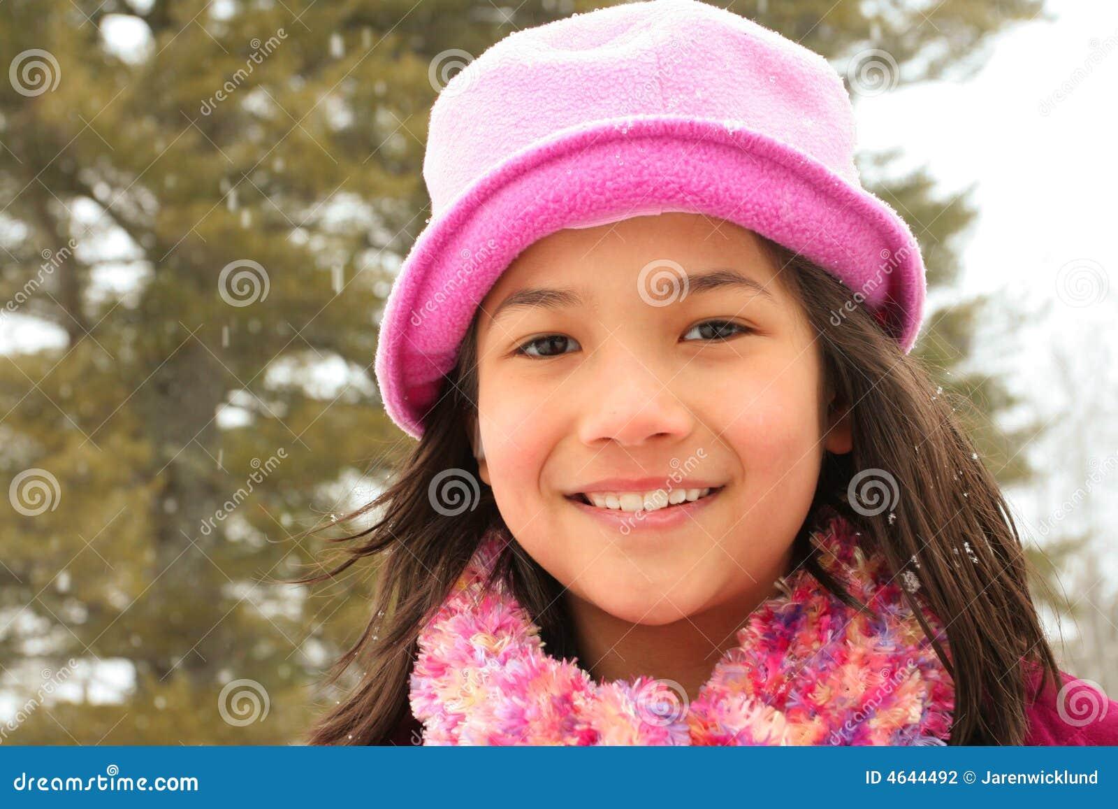 Enfant souriant à l extérieur en hiver