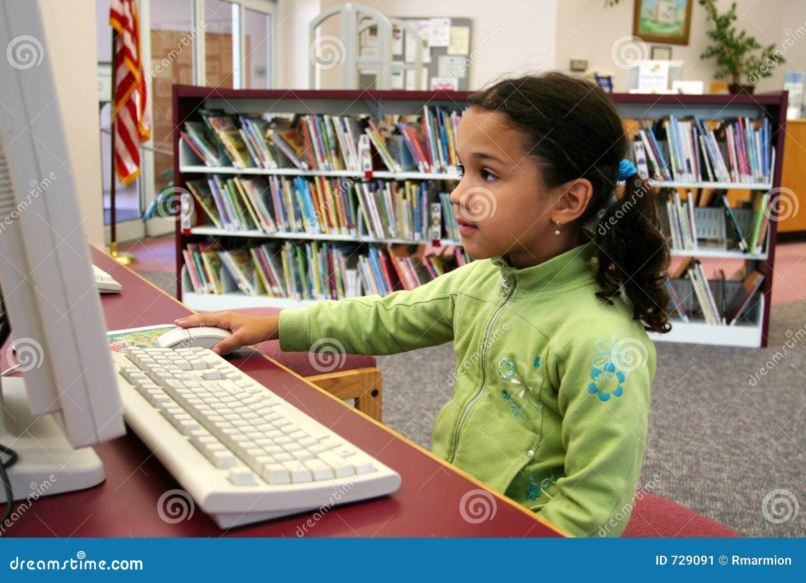 Enfant sur l ordinateur