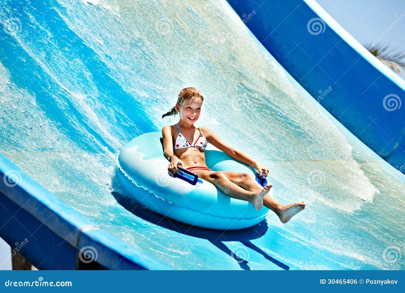 Enfant sur la glissière d eau à l aquapark.